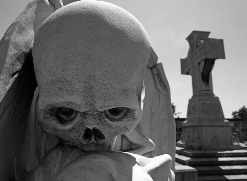 """""""El beso de la muerte"""", escultura de Jaume Barba"""