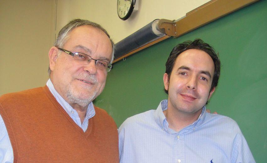 Mempo Giardinelli, durante su visita a James Madison University, con Tomás Regalado López.