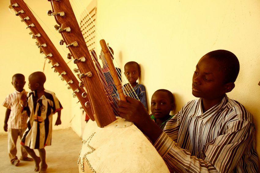 Niño tocando la kora en la Escuela de Música de Kirina, en Malí