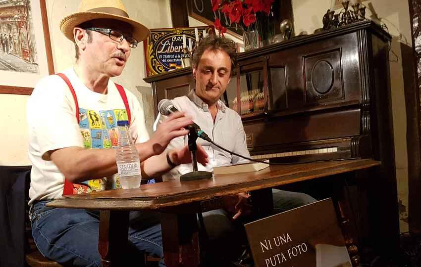 """Javier Puebla (izquierda) y Javier Velilla en la presentación de """"Ni una puta foto"""""""